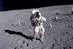 Astronaut John W. Young, veliteľ misie Apollo 16, počas výstupu do otvoreného vesmíru na Mesiaci.