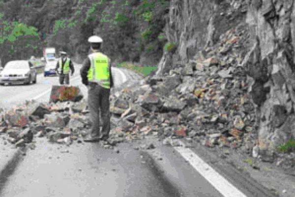 Minulý rok sa na cestu zosunulo tridsať ton kameňa.