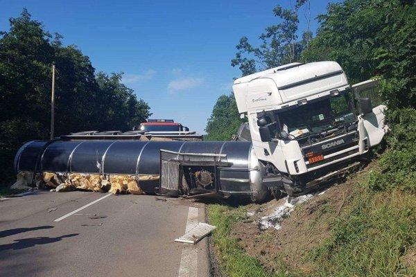 Kamión zablokoval celú cestu.