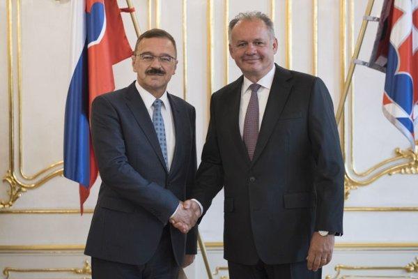 Prezident SR Andrej Kiska (vpravo) a nový slovenský veľvyslanec v Maďarsku Pavol Hamžík počas odovzdávania poverovacích listín v Prezidentskom paláci v Bratislave.