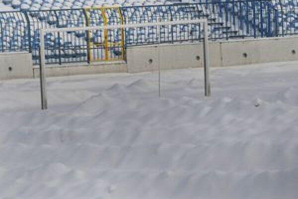 Na snímke zasnežený štadión bratislavského Slovana necelý týždeň pred začiatkom jarnej časti futbalovej Corgoň ligy.
