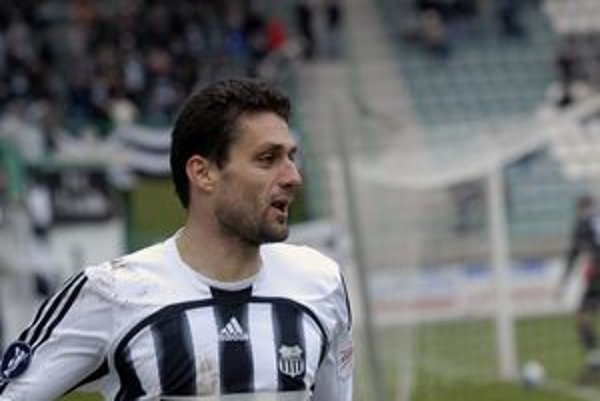 Tomáš Oravec v drese Artmedie Petržalka. Možno ho vymení za žilinský.