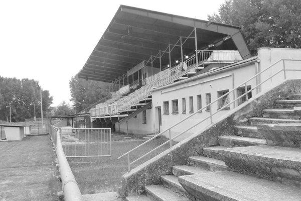 Futbalový štadión v Leviciach pred pár rokmi.