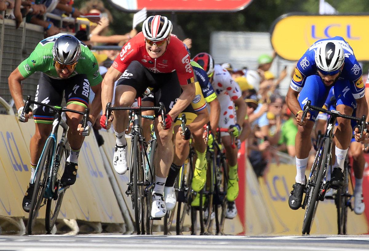 c3733341cfd5f Fernando Gaviria (vpravo) po dramatickom finiši vo štvrtej etape Tour de  France 2018 porazil