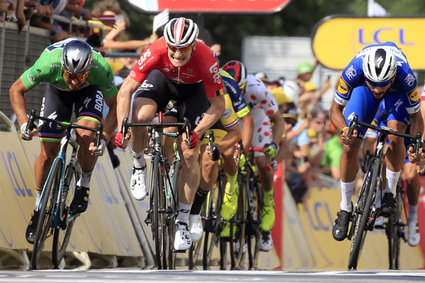 Fernando Gaviria (vpravo) po dramatickom finiši vo štvrtej etape Tour de France 2018 porazil Petra Sagana (vľavo) a Andreho Greipela.
