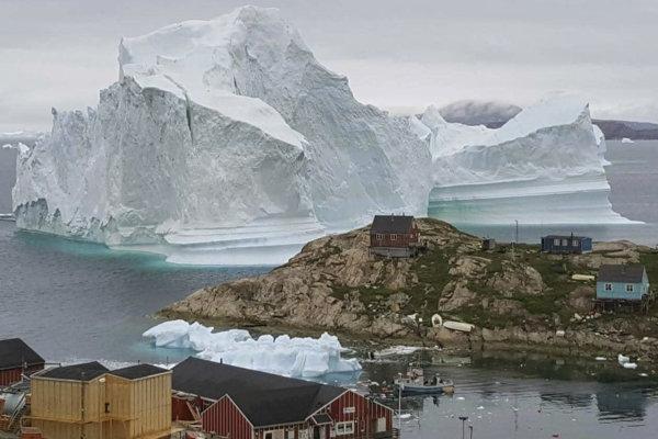 Menší úlomok ľadovca pri pobreží Grónska.