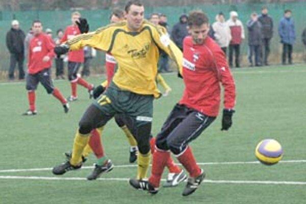 Žilinský útočník Andrej Porázik medzi hráčmi Zlatých Moraviec počas prípravného zápasu na práve prebiehajúcom sústredení.