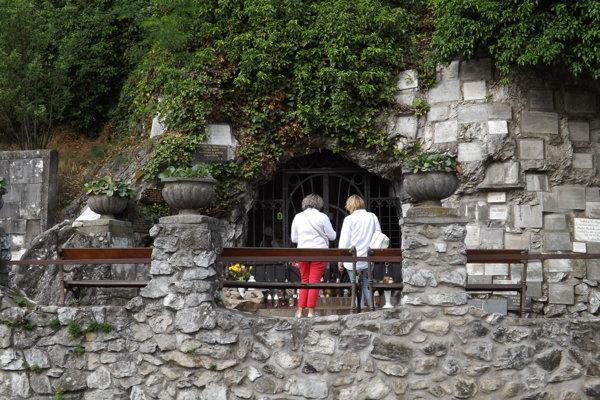 Na Kalvárii je prístupná jediná jaskyňa, Lurdská.