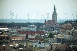 Panoráma historického centra Batislavy s veternými vrtuľamiv pozadí. Dóm svätého Martina (uprostred vpravo hore) a obchodný dom Dunaj (uprostred vpravo dole).