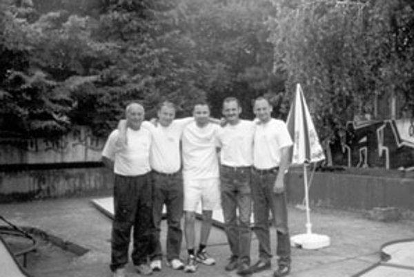 Žilinskí minigolfisti v roku 2000. Zľava: I. Švejda, Fischer, Helecz, Andrássy, B. Švejda.