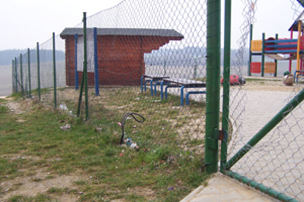 Brána na detskom ihrisku na Hájiku je nielen zatvorená, ale aj zničená. Je v nej diera a na ihrisku sa prevažne v nočných hodinách stretávajú vandali, ktorí ho postupne demolujú.
