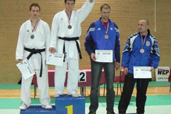 Karatista Juraj Tabak (na najvyššom stupni) obhájil v Sabinove minuloročný titul majstra Slovenska.