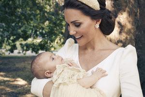 Vojvodkyňa Kate drží princa Louisa po jeho krstinách.