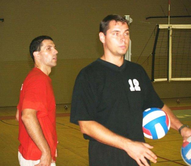 Archívna snímka zo sezóny 2006/07. Vpravo začínajúci tréner Ľuboslav Šalata, vľavo Peter Toman.