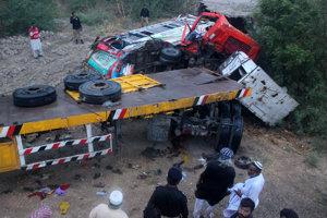Situácia po zrážke nákladného auta s autobusom pri pakistánskom Matiarai.