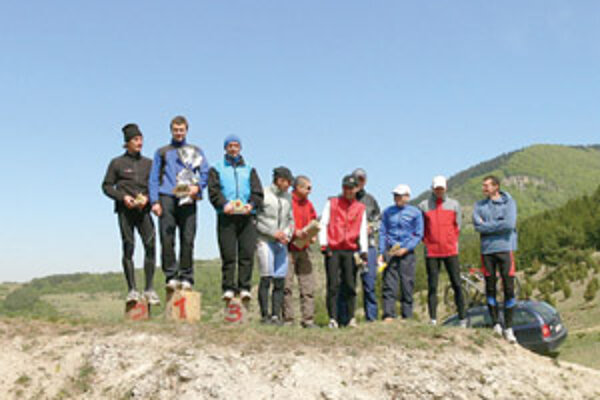 Víťazi kategórie mužov na horskom duatlone v Rajeckej Lesnej.
