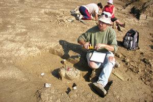 Archeológovia našli na poli pod budúcim golfovým ihriskom pri Rajci 45 hrobov z doby bronzovej.