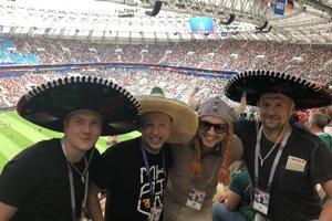 Na zápase Mexika nemohlo na hlave Martina Jakubka (vpravo) chýbať tradičné sombrero.