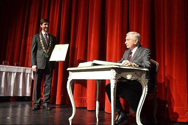 Ocenenie mu odovzdal Juraj Blanár, predseda ŽSK (vľavo).