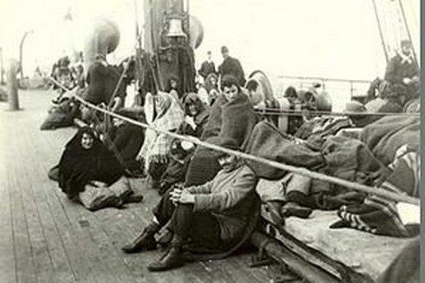 Vysťahovalci na palube parníka v roku 1892.