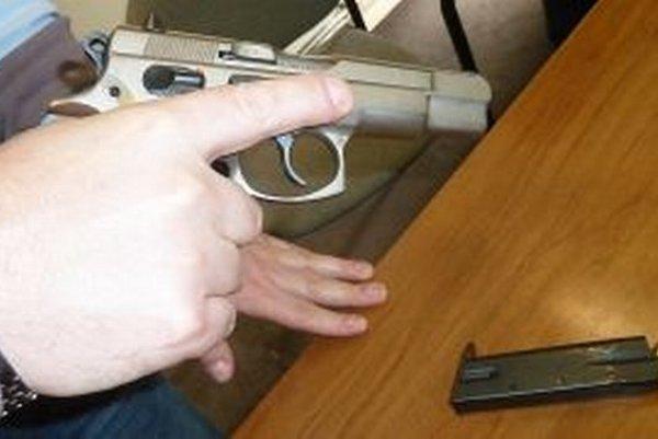 Správne držanie zbrane pri ukážke. Prst nemá byť na spúšti, zásobník je mimo pištole.