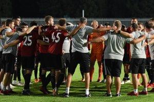 Radosť hráčov a členov realizačného tímu Trnavy po postupe do 2. predkola Ligy majstrov.