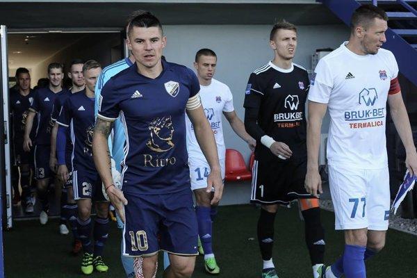 Erik Streňo (vľavo) zamieril z Prešova do Popradu. V druhej lige bude čeliť aj Tatranu.