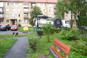 Šachta sa nachádza na prístupovej komunikácii ďaleko od bytovky.