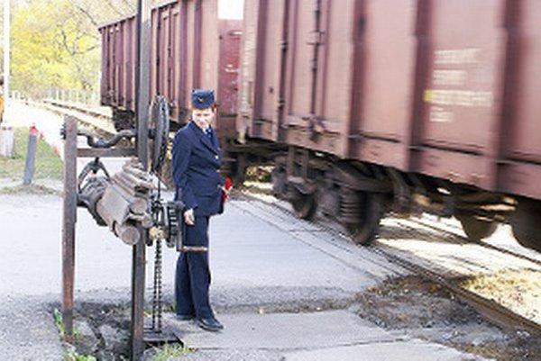 Trochu nostalgie. Priecestie do fabriky v Istebnom železničiari ovládali ručne.