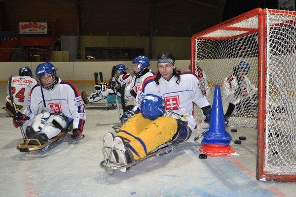 Peter Štít (vpravo) bol prvým registrovaným sledge hokejistom na Slovensku.