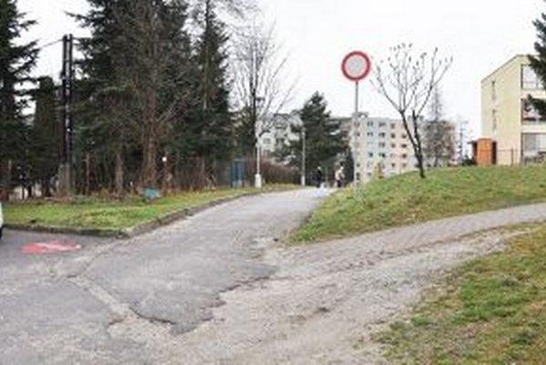 Tu končí Gagarinova ulica, vľavo za stromami je budova školy, rovno chodník na ulicu Nemocničnú, vpravo materská škola.