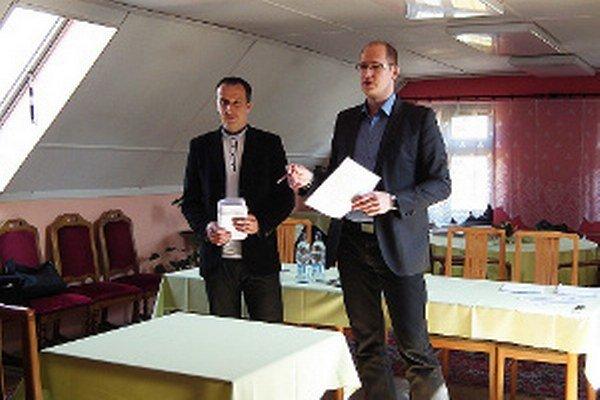 Štefan Bozó (vpravo) sa vrátil do školy ako riaditeľ hotela. Vľavo Miloš Kubáň, člen komisie za školu.