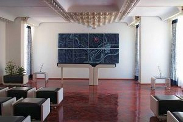 Priečelie sobášnej siene zdobí katastrálna mapa dediny z modrotlače.