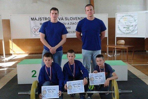 Dolný rad zľava Peter Bomba, Marek Barčák a Dávid Piták. Horný rad zľava tréneri Ján Bomba a Ondrej Kružel.