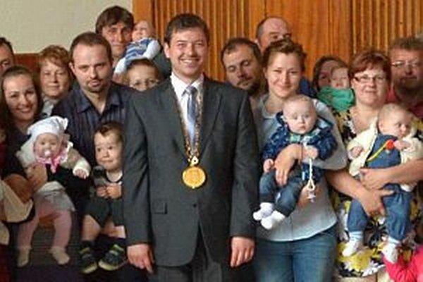 Marek Majdiš (v strede) patrí medzi najmladších starostov.