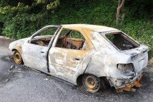 Z auta ostal vyhorený vrak.