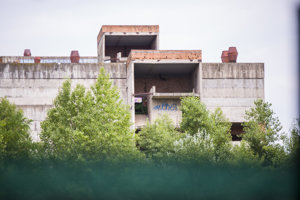 Nedokončená Fakultná nemocnica s poliklinikou Rázsochy v mestskej časti Lamač. Júl 2018.
