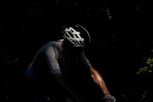 Christopher Froome bojuje na trase 14. etapy Tour de France 2018.