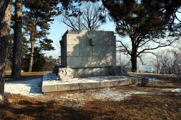 Pamätník obetiam prvej svetovej vojny na návrší Murman v blízkosti Ulice francúzskych partizánov.