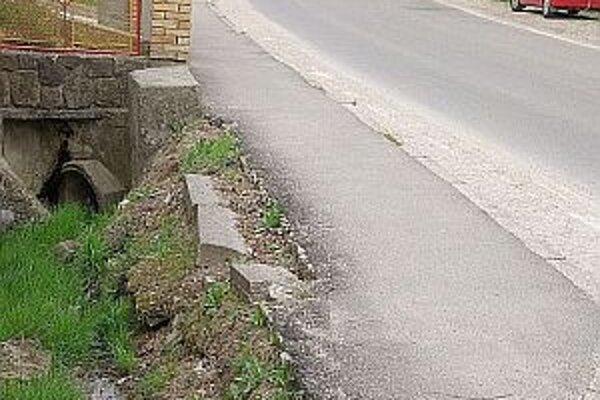 Je ťažké uveriť, že len nedávno sa chodník rekonštruoval.