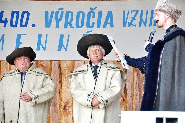 Thurzo odovzdáva listinu starostovi Milanovi Vrábľovi (v strede).