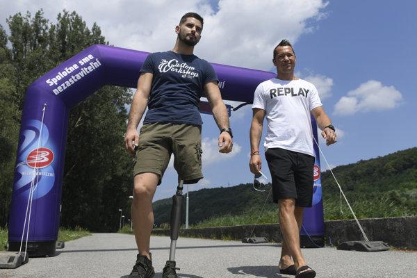 L. Nagy (vpravo) a hendikepovaný športovec I. Varga.