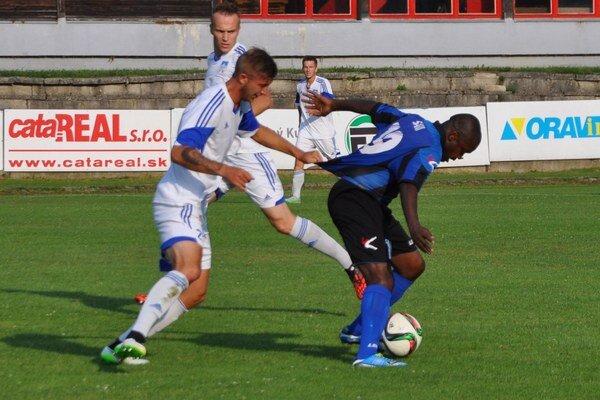 Siradji Sani (v modro-čiernom drese)zahodil v závere zápasu pokutový kop.