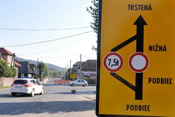Značka v Podbieli odkláňala nákladné autá medzi rodinné domy do úzkej uličky.