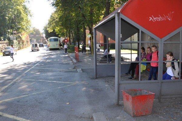 Autobusové zastávky presunú vyššie ku gymnáziu.