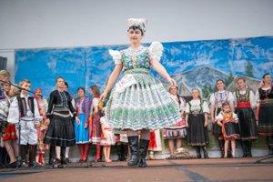 Tekovský kroj predviedla aj na módnej prehliadke ľudových odevov, ktorá bola súčasťou krajanského festivalu v San Diegu v roku 2015.