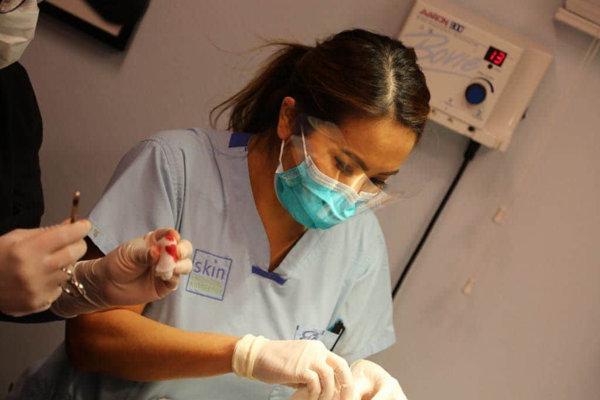 Kozmetologička a dermatologička Sandra Lee pri odstraňovaní vyrážky.