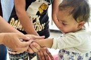 Po epidémii osýpok v Európe, ale aj na východnom Slovensku počet odmietačov očkovania  u nás podľa hygienikov poklesol. Na snímke očkovanie detí v Trebišove.