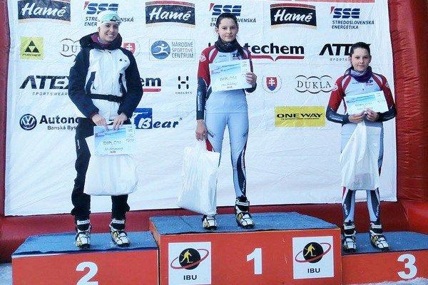 Sestry Remeňové na pódiu - Mária (v strede) zvíťazila v rýchlostných pretekoch a Zuzana skončila tretia (vpravo).