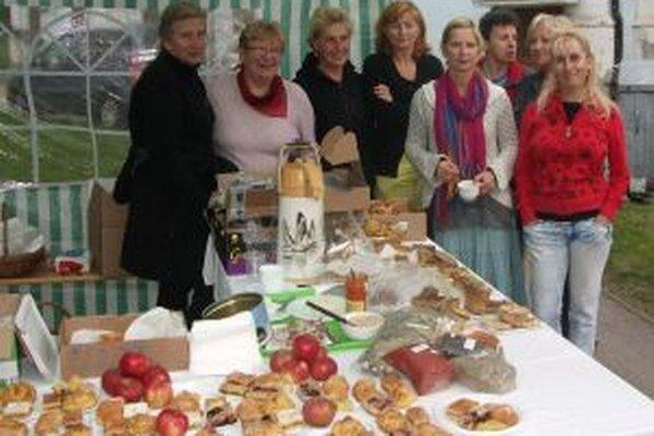 Šikovné kuchárky upiekli koláče. Výťažok z ich predaja pomohol Adamkovi.